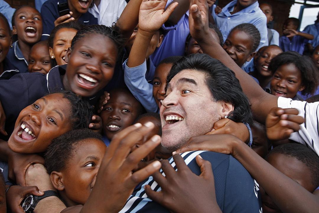 2010年1月19日,南非比勒陀利亞郊區,阿根廷足球教練馬勒當拿在學校與孩子們交流。