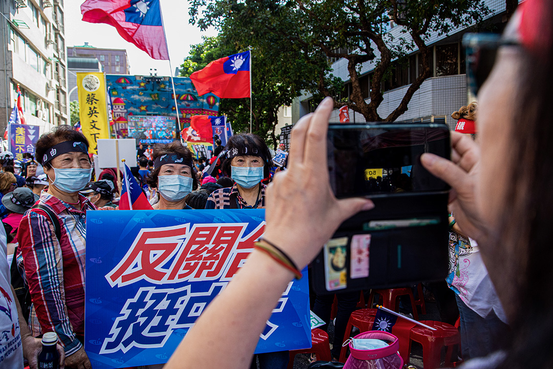 2020年10月26日台北,示威期間,戴著口罩的中天電視台支持者在NCC大樓外擺姿勢拍照。 攝:Annabelle Chih/LightRocket via Getty Images