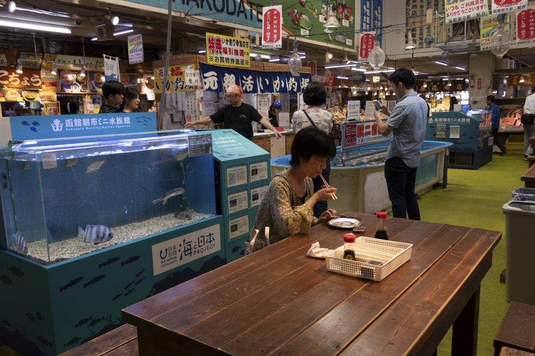 北海道函館,一位女士在餐廳吃海鮮。