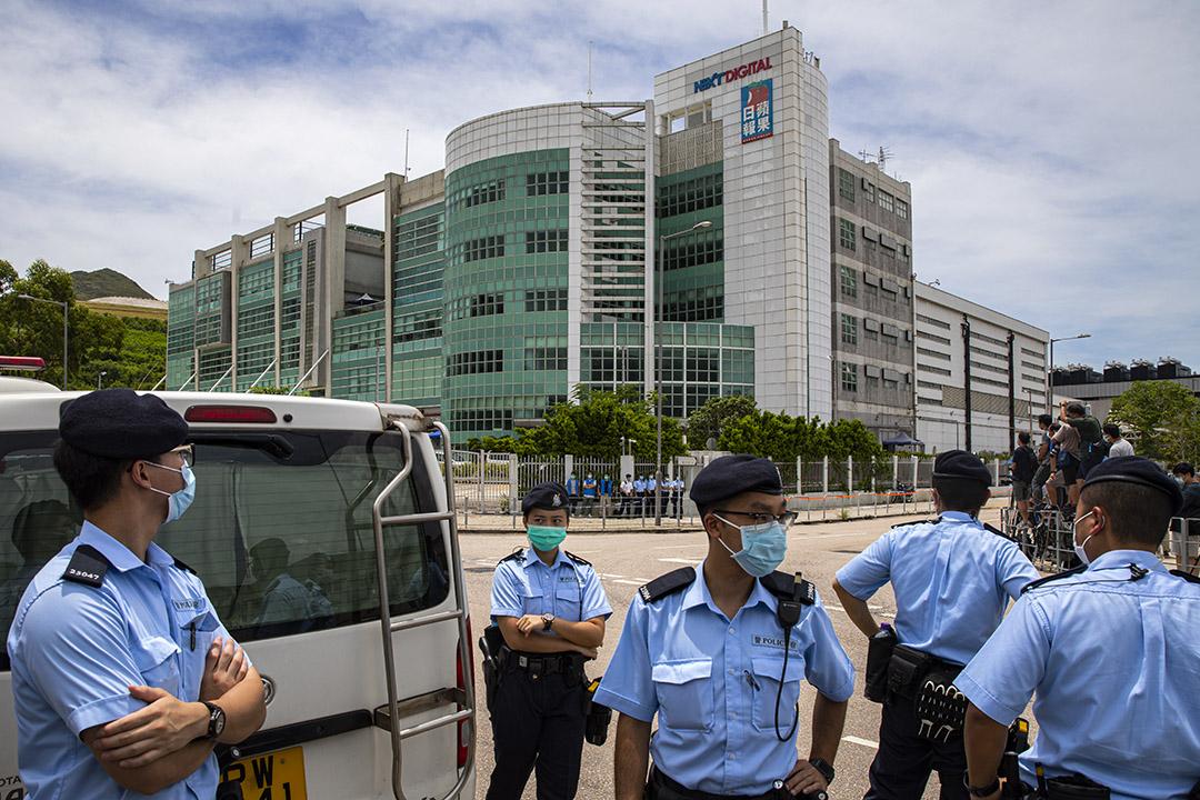 2020年8月10日香港,警察搜查位於將軍澳的蘋果日報大樓,警員在外看守。