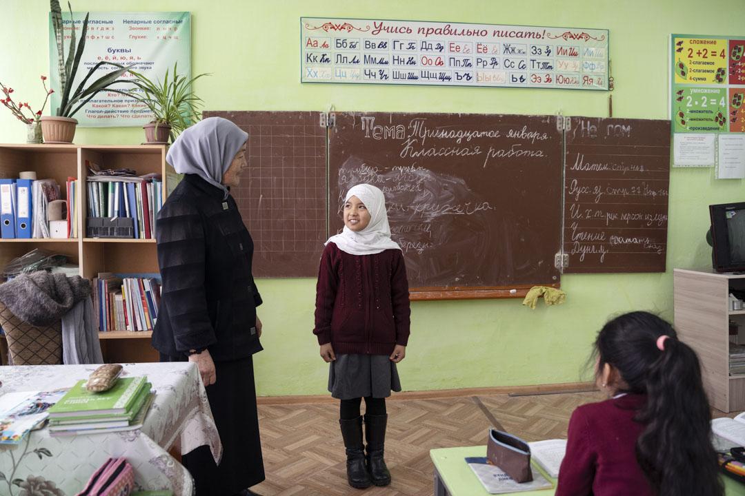 2020年1月13日,吉爾吉斯斯坦,米爾方,一名教了16年的東干語言老師拉希瑪(Rahima)在教課,東干村學校以西里爾文教他們的母語。