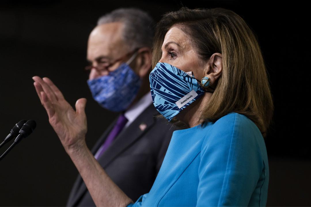 2020年11月12日,美國眾議長佩洛西(Nancy Pelosi,右)和參議院少數派領袖舒默(Chuck Schumer)出席記者會。 攝:Tom Williams/Getty Images