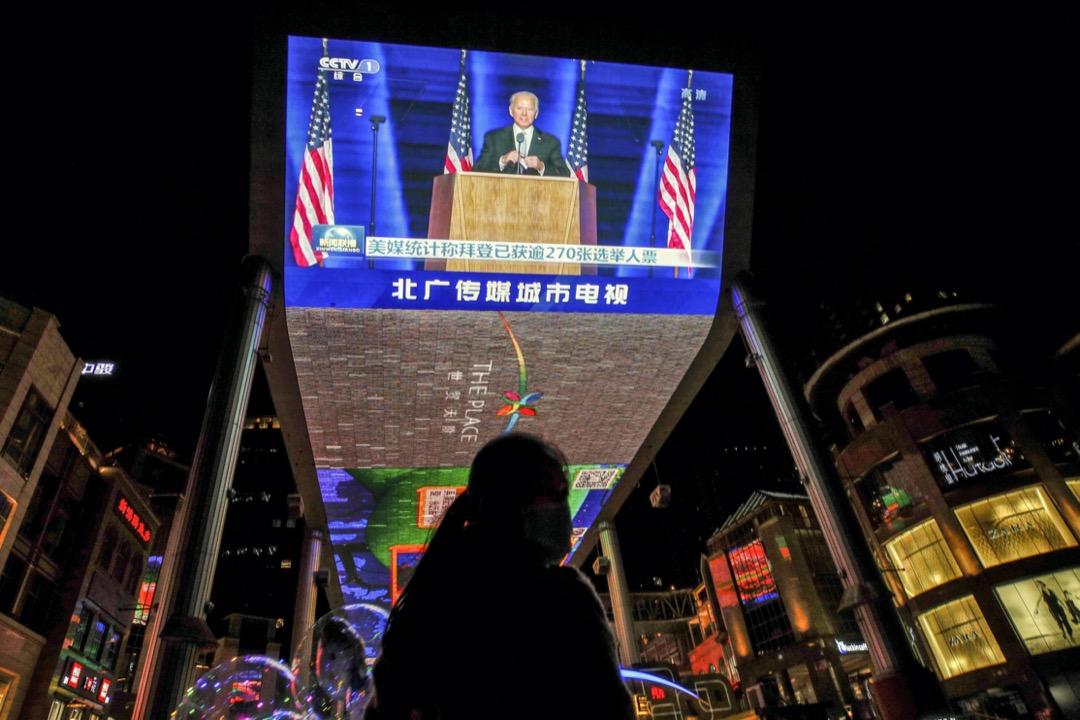 2020年11月8日,北京一個商場的電視上播放著候任美國總統拜登在勝出選舉後發表講話。