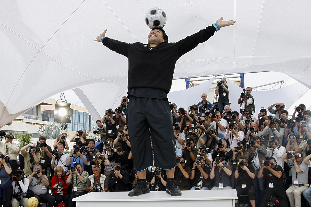 2008年5月20日,第61屆康城電影節,馬勒當拿在傳媒拍照時表演。