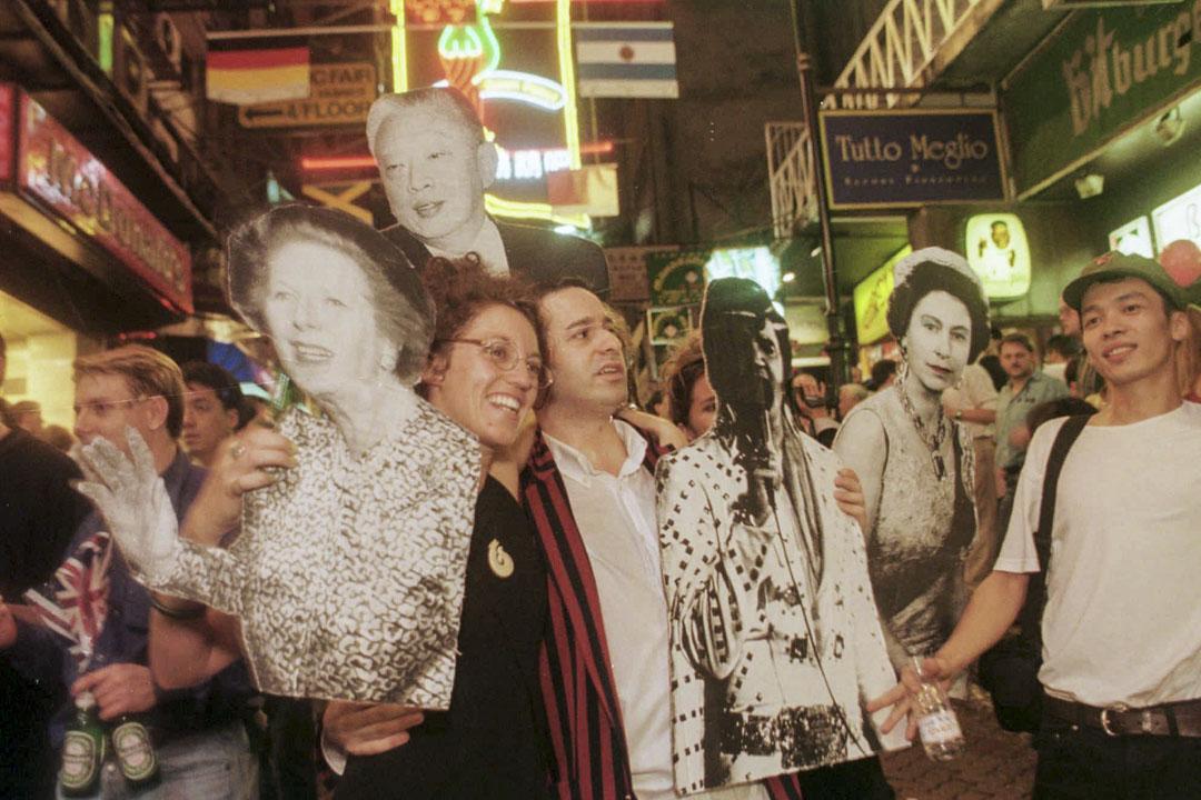 1997年7月1日,香港街上市民慶祝香港回歸。