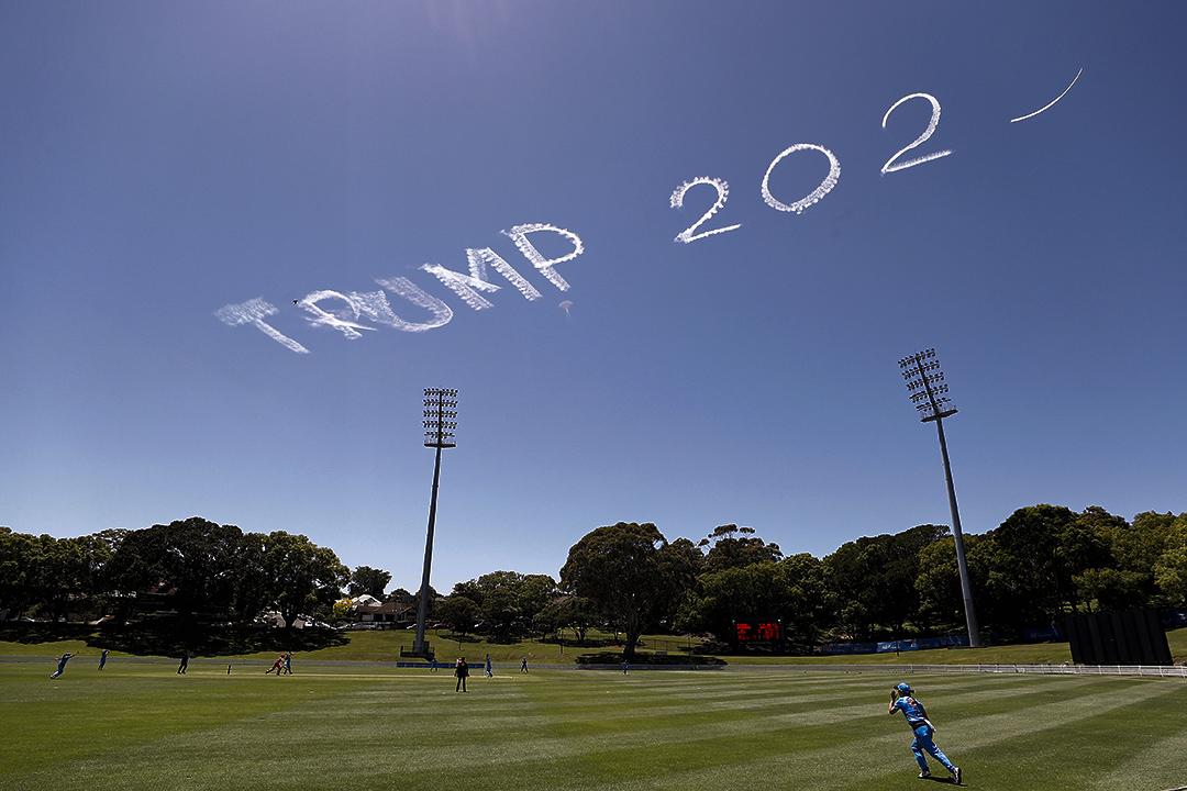 2020年11月15日澳大利亞悉尼,「特朗普2020」的字樣在天空上在女子板球比賽期間。