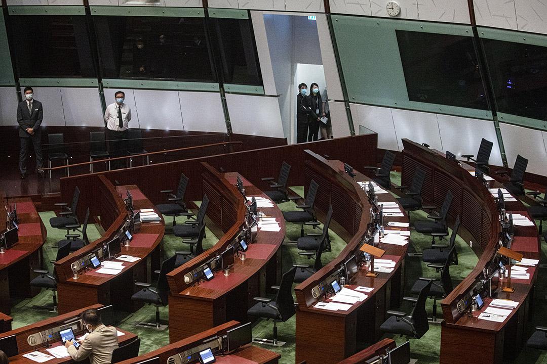 2020年11月12日香港,民主派總辭後立法會議會內的一排空凳。