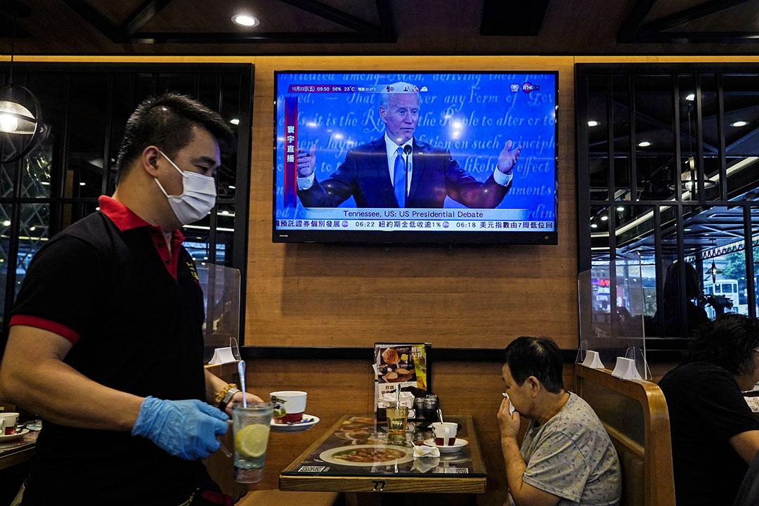 2020年10月23日香港,一家餐廳的電視屏幕上播放民主黨總統候選人喬·拜登的美國總統辯論。