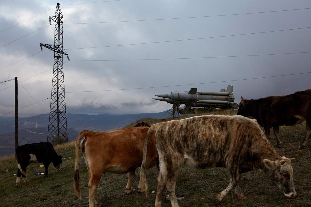 2020年11月13日,兩國簽訂停戰協定後,納戈爾諾-卡拉巴赫(Nagorno-Karabakh)最大城市斯捷潘奈克特(Stepanakert)的一座山邊,仍然擺放著一台導彈發射台。