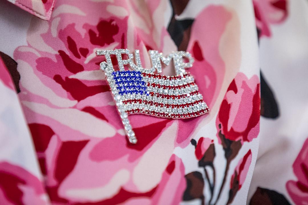2020年11月11日,佐治亞州一個的競選集會中,與會人員戴著寫上特朗普的美國國旗襟章。