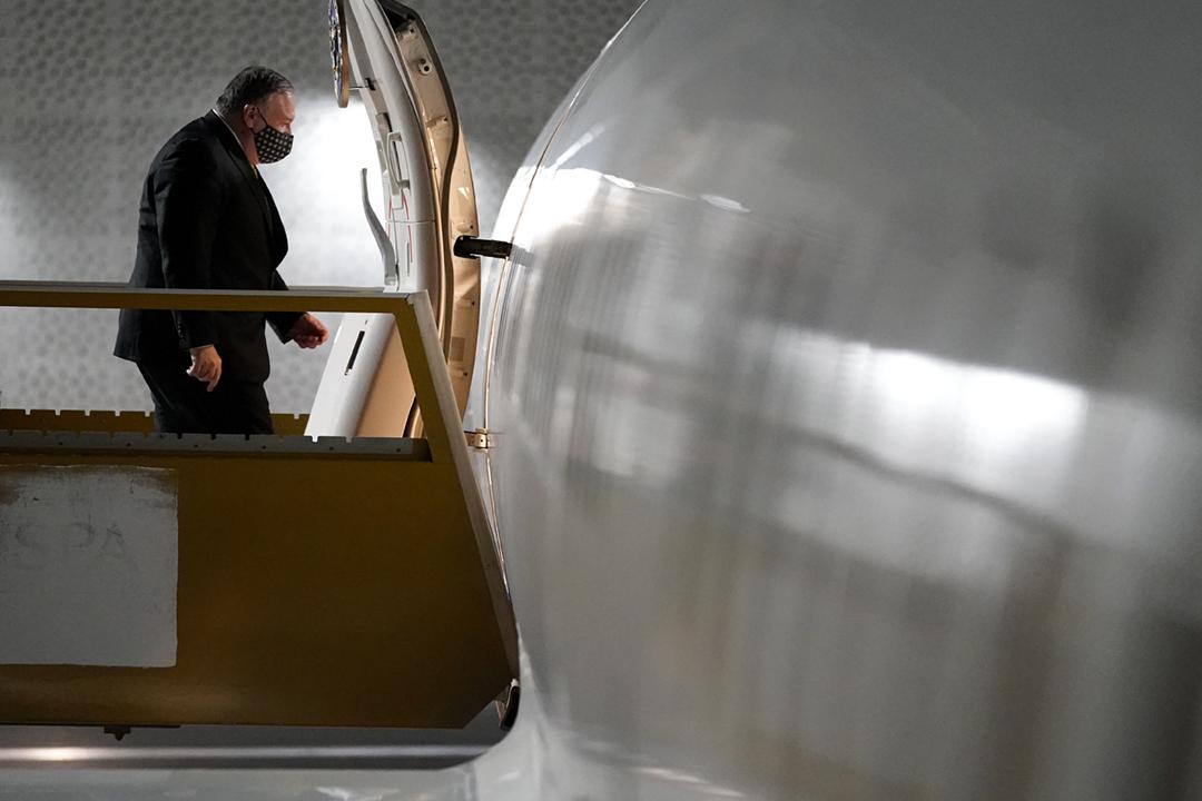 2020年11月22日在沙特阿拉伯新未來城(NEOM),美國國務卿蓬佩奧(Mike Pompeo)結束沙特訪問行程,登機返回美國華盛頓。 攝:Patrick Semansky / Associated Press