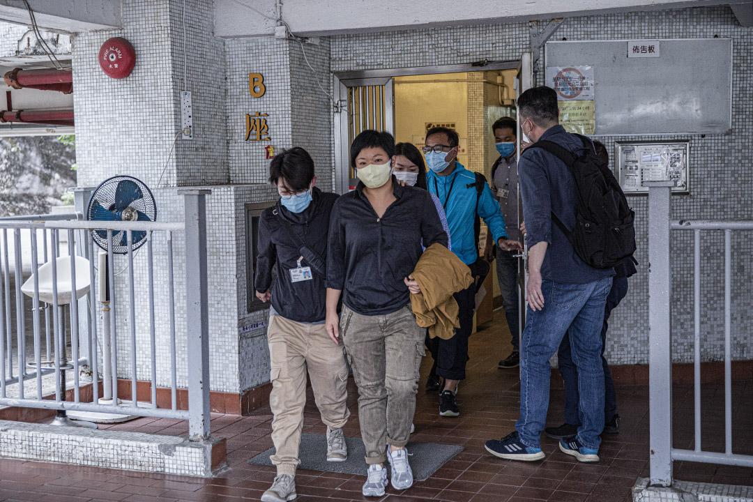 2020年11月3日,警察到《鏗鏘集》編導蔡玉玲位於美孚的住所搜查後,將她押上警方車輛帶走。 攝:陳焯煇/端傳媒