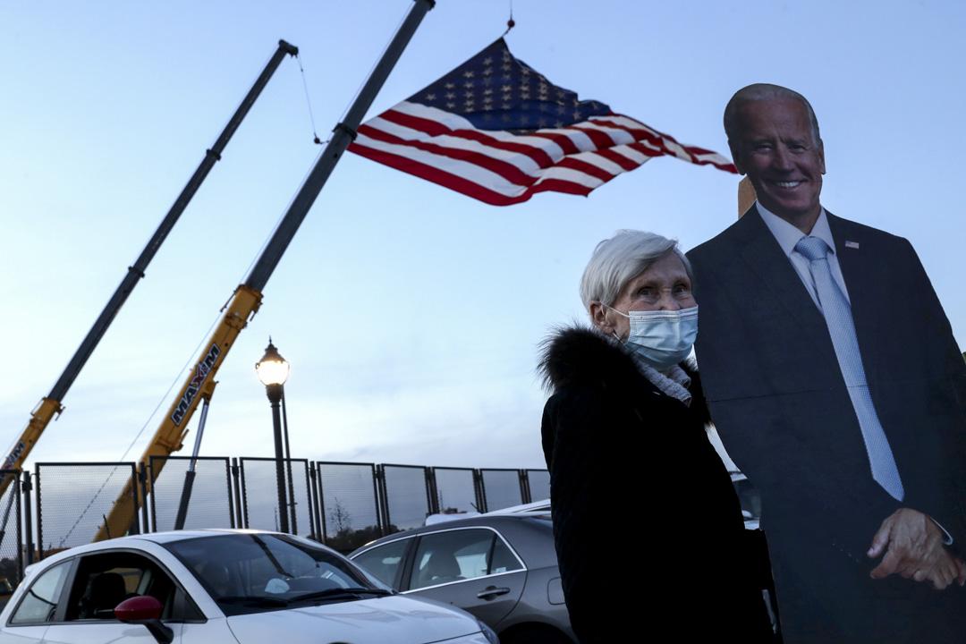 2020年11月5日賓夕法尼亞州,拜登支持者與他的紙牌合照。
