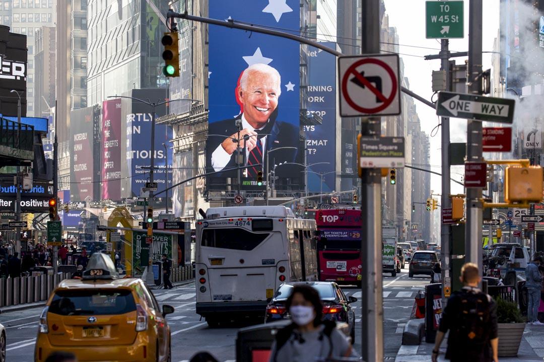 2020年11月9日,紐約時報廣場的屏幕上顯示當選美國總統的拜登的畫面。 攝:Michael Nagle/Bloomberg via Getty Images