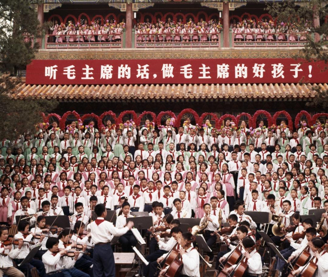 1965年5月1日,中國北京一個兒童合唱團在獻唱革命歌曲。