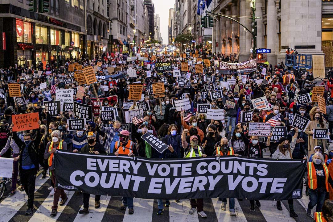 """2020年11月4日美國曼哈頓,示威者在抗議活動中舉著標語:""""計算每張選票""""。"""