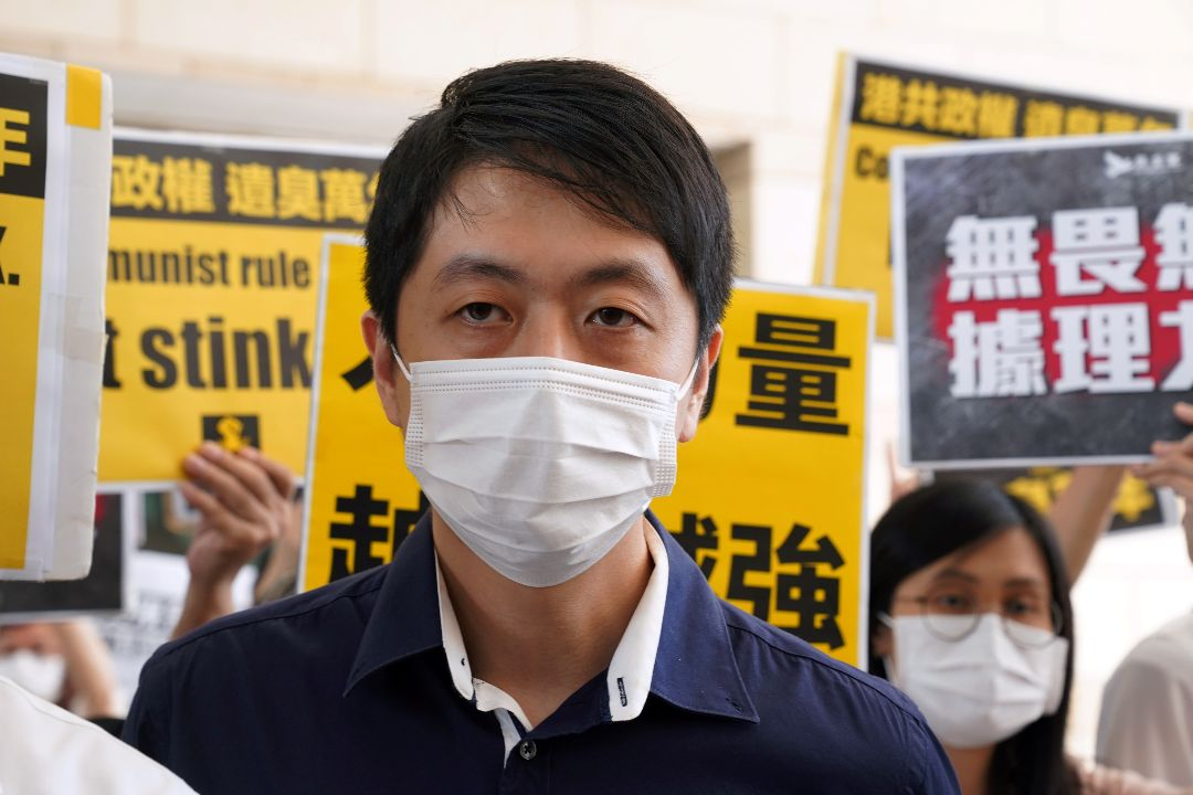 2020年11月19日,香港前立法會議員許智峯在西九龍裁判法院外。 攝:Lam Yik/Reuters