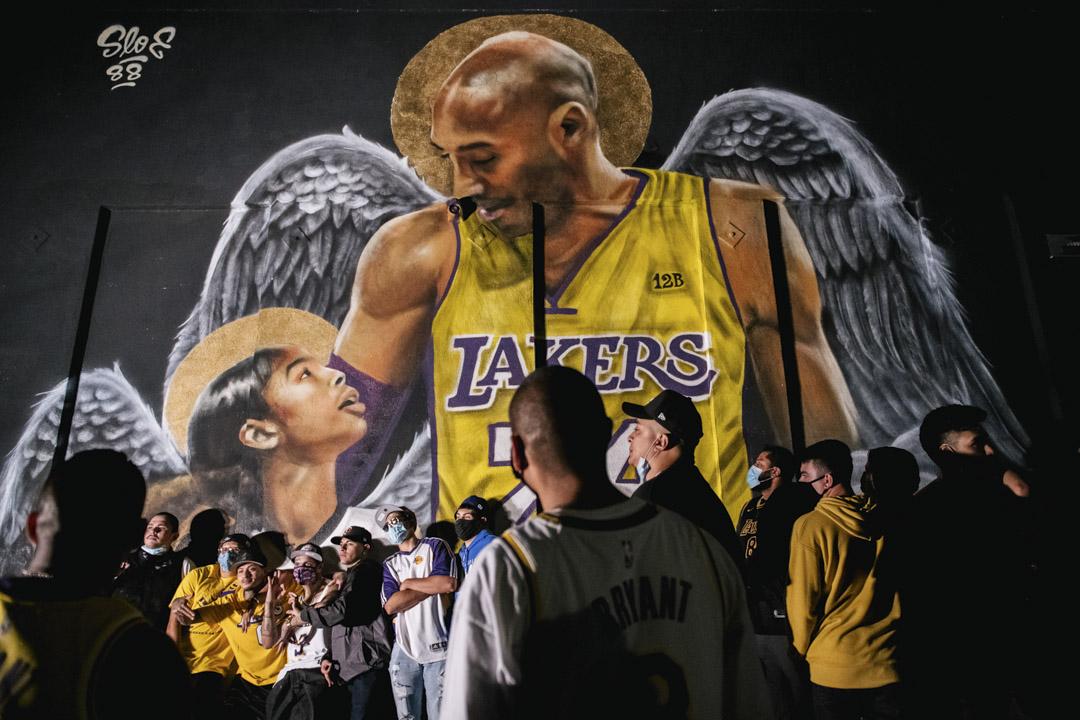 2020年10月11日,湖人球迷在洛杉磯的高比拜仁壁畫前慶祝湖人隊奪得NBA總冠軍。高比拜仁和他的女兒於美國時間2月24日因直升機事故逝世。
