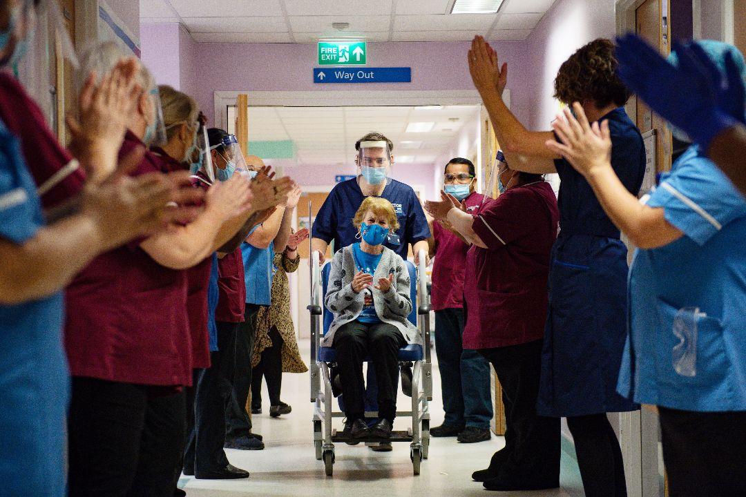 2020年12月8日,英國第一位Covid-19疫苗接種者,90歲的瑪格麗特·基南(Margaret Keenan)。 攝:Jacob King/Getty Images