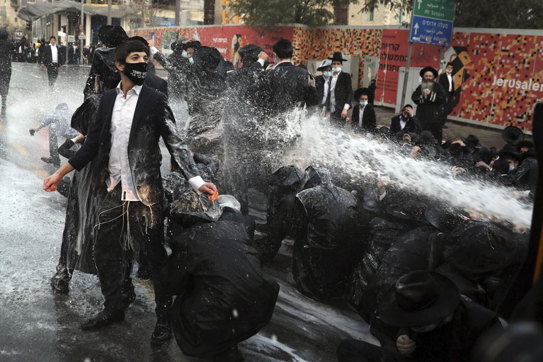 2020年12月22日,以色列耶路撒冷的一次示威遊行中,警察向攔阻道路的正統猶太人射擊水砲。