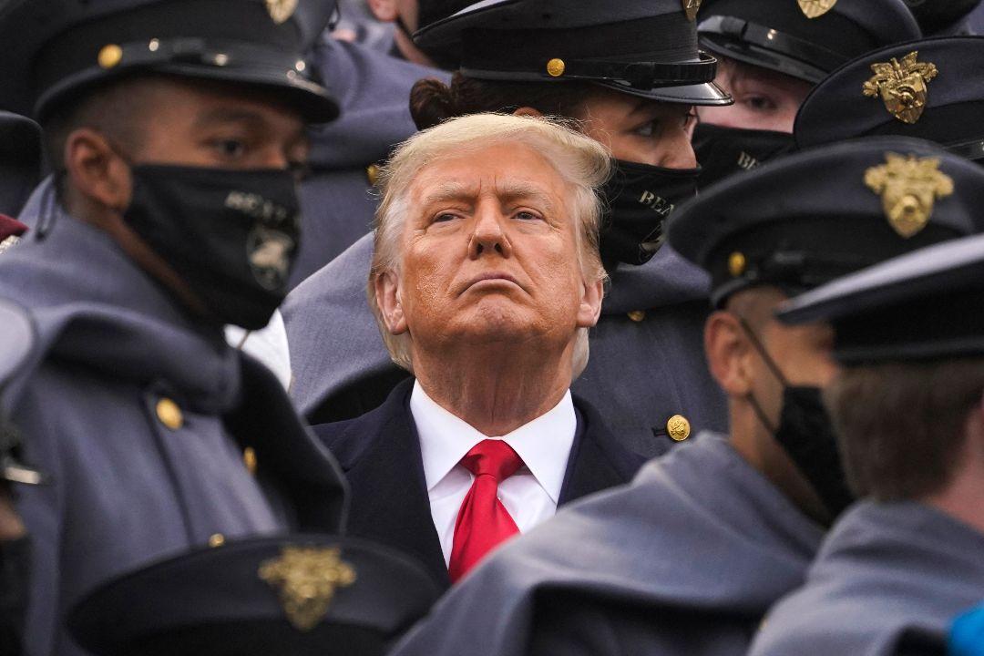 2020年12月12日,紐約西點軍校體育場,美國總統特朗普在陸軍學員簇擁下,觀看第121屆陸軍與海軍橄欖球賽。 攝:Andrew Harnik/AP Photo