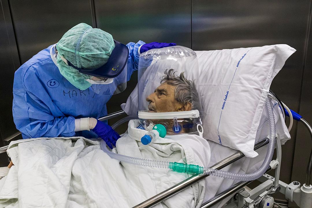 2020年4月7日意大利貝加莫市,一名護士在醫院的重症監護室照顧一名2019冠狀病毒病患者。 攝:Marco Di Lauro/Getty Images