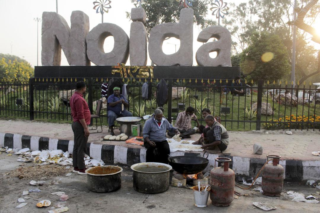 2020年12月2日,市民在警察路障附近的一次聚會中為抗議農民準備食物。