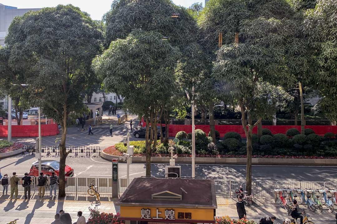 2020年12月28日,12港人案在深圳鹽田法院開審,法院外一帶保安明顯加強,東大門門外圍起兩米高水馬,封鎖行人路。