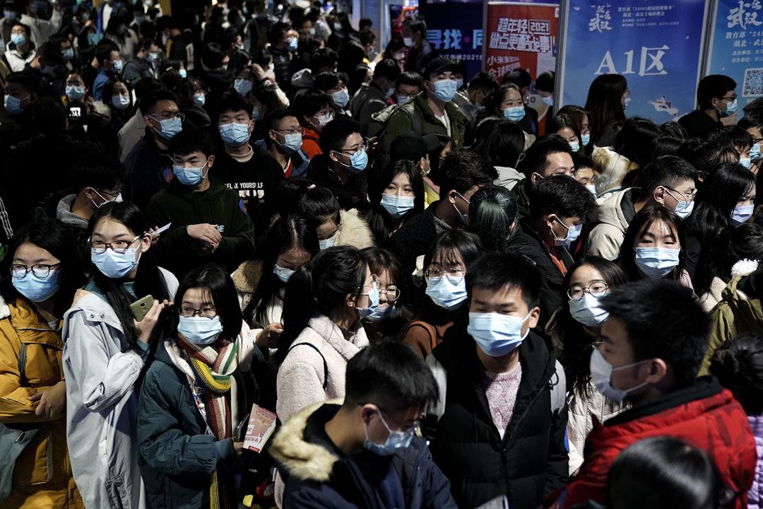 2020年12月2日,不少大學畢業生到武漢紅山體育館舉行招聘會找工作。