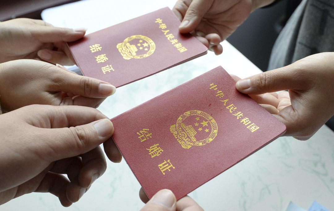 2020年11月11日,河北省邯鄲市一對夫婦在婚姻登記處領取結婚證書。 攝:Hao Qunying/VCG via Getty Images