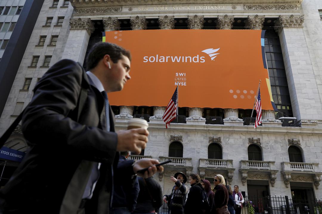 美國財政部及商務部的電腦系統近日發現遭黑客入侵,黑客入侵的渠道相信與科技公司 SolarWinds 的軟件更新有關。圖為2018年10月19日,紐約證券交易所外懸掛的 SolarWinds 巨型宣傳橫額。 攝:Brendan McDermid / Reuters