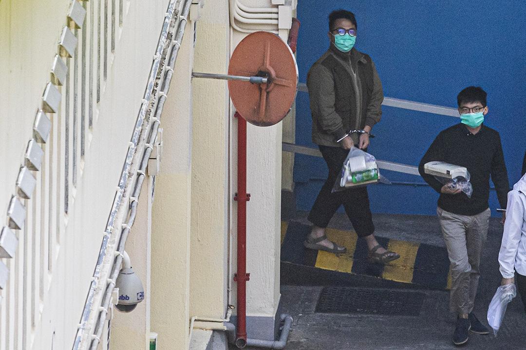 2020年12月2日,林朗彥(左)與黃之鋒(右)由荔枝角收押所押出庭聽審。