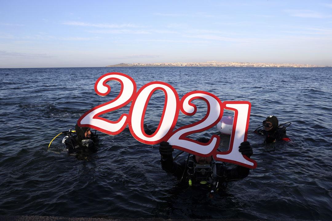 2020年12月31日,土耳其伊斯坦堡一個潛水的慶祝新年行動。 攝:Isa Terli/Anadolu Agency via Getty Images