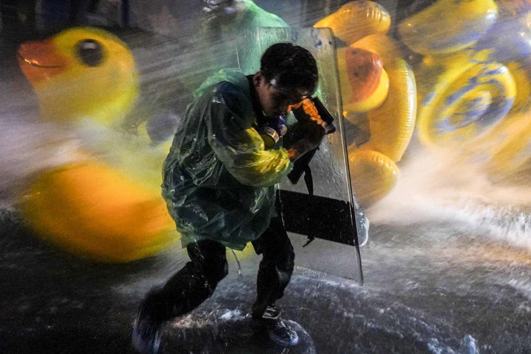 2020年11月17日,泰國國會繼續辯論憲法修正草案,國會外示威者與身穿黃衫的王室支持者發生衝突。警方再度發射水炮和催淚彈作出驅散,示威者用巨型黃色膠鴨抵擋。
