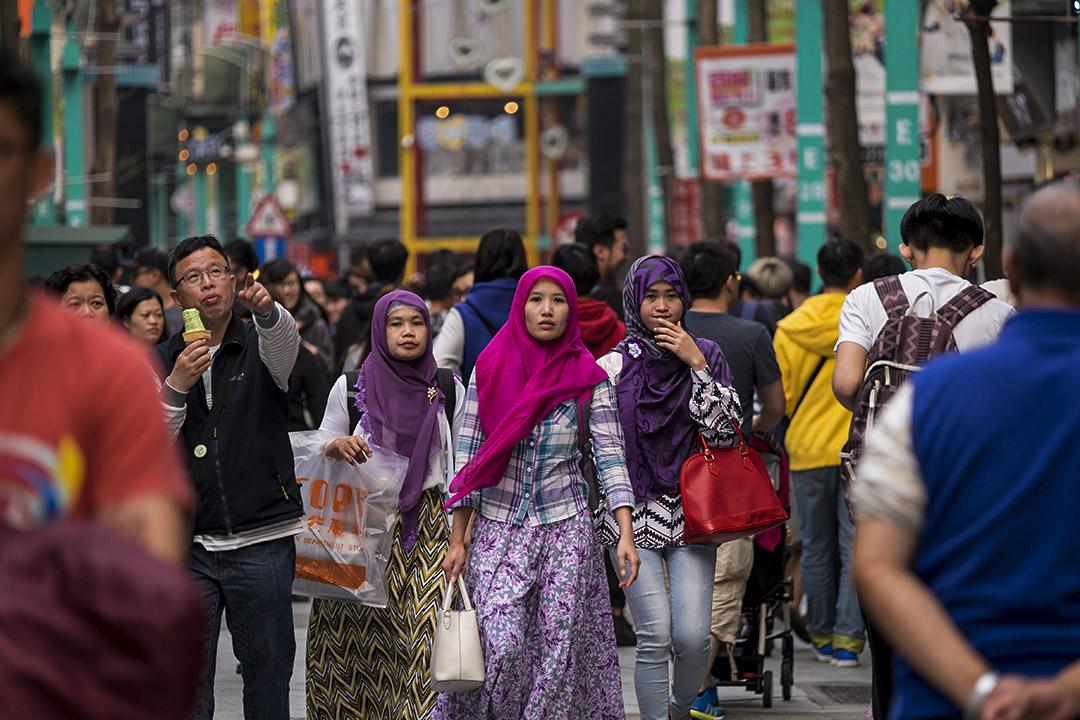 2016年4月2日台北,印尼婦女漫步在西門。