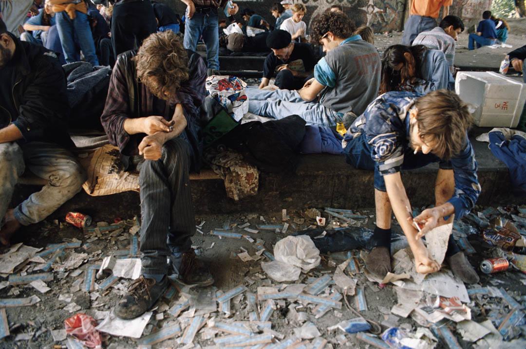 1994年,瑞士蘇黎世一個廢棄的火車站,吸毒者服用海洛因。