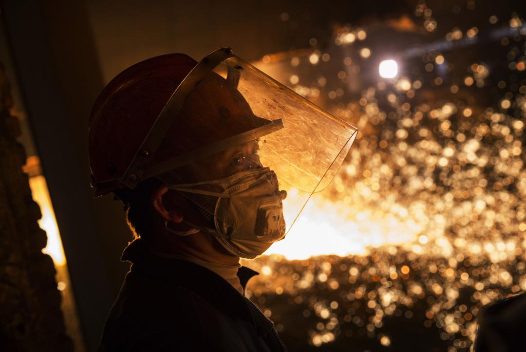 2016年5月13日,江蘇一名工人在鋼鐵生產區的熔爐中監督生產。