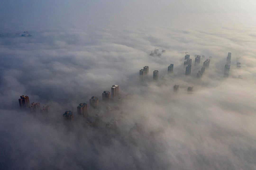 2020年2月12日淮北,霧環繞著建築物。