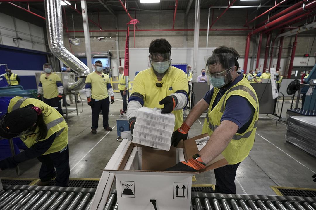 2020年12月13日,首批供美國民眾接種的「輝瑞 / BioNTech 疫苗」在輝瑞藥廠位於密歇根州卡拉馬祖的廠房發貨。 攝:Morry Gash / Reuters