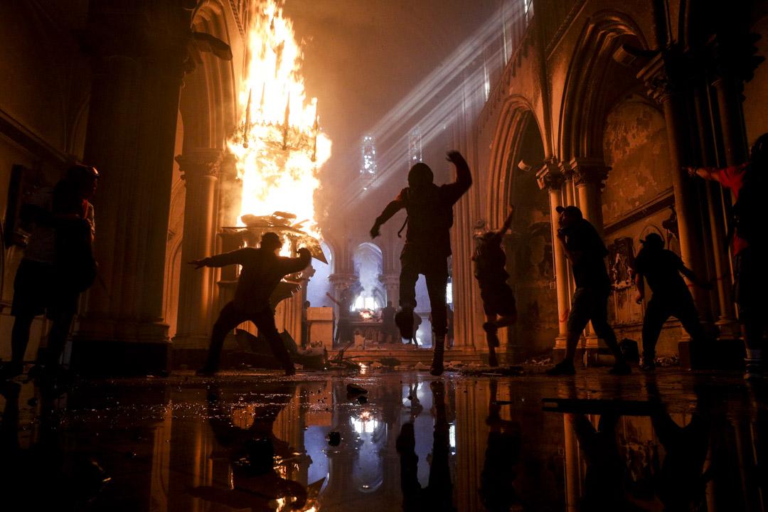 2020年10月18日,智利首都聖地牙哥的意大利廣場聚集數萬人,紀念去年反政府示威一周年,和平集會入夜後,示威者與警方激烈衝突,有示威者更向1876年建造的聖法蘭西斯科.博爾哈天主教堂縱火。