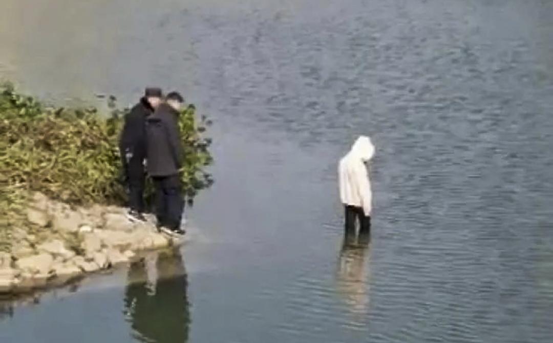 2020年12月4日,一段警察救援投河自殺者失敗的視頻在中國互聯網傳播。 網上圖片
