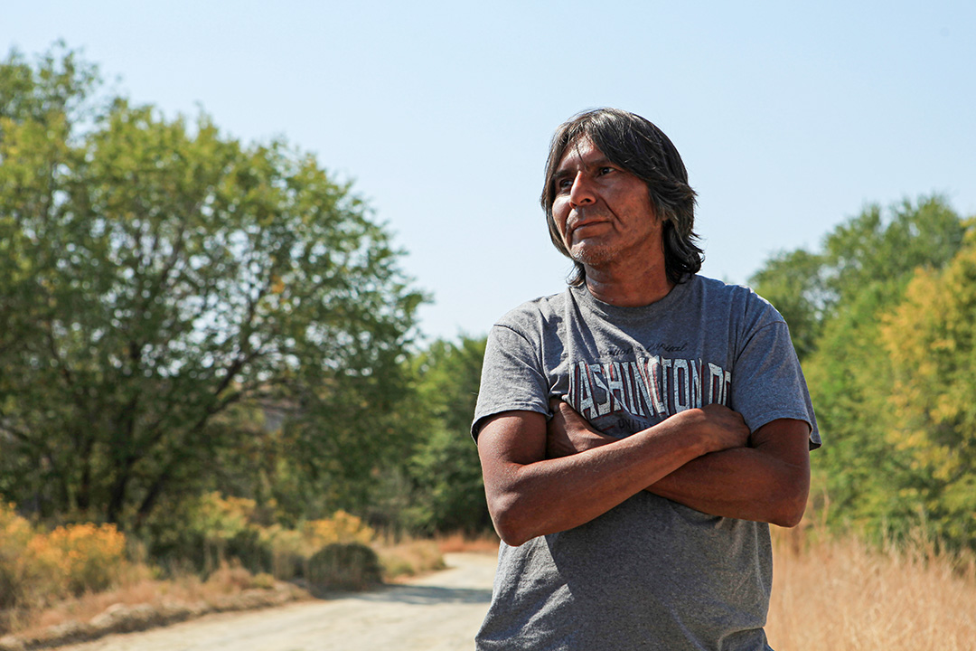 住在附近的居民Michael Roy,他參加了巡邏活動,監督保留地上的非法大麻種植。
