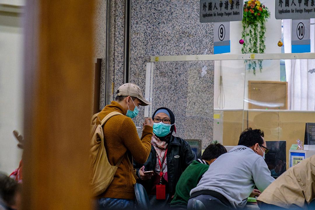 2020年12月16日台北,印尼婦女於移民署辦事處內戴著口罩。