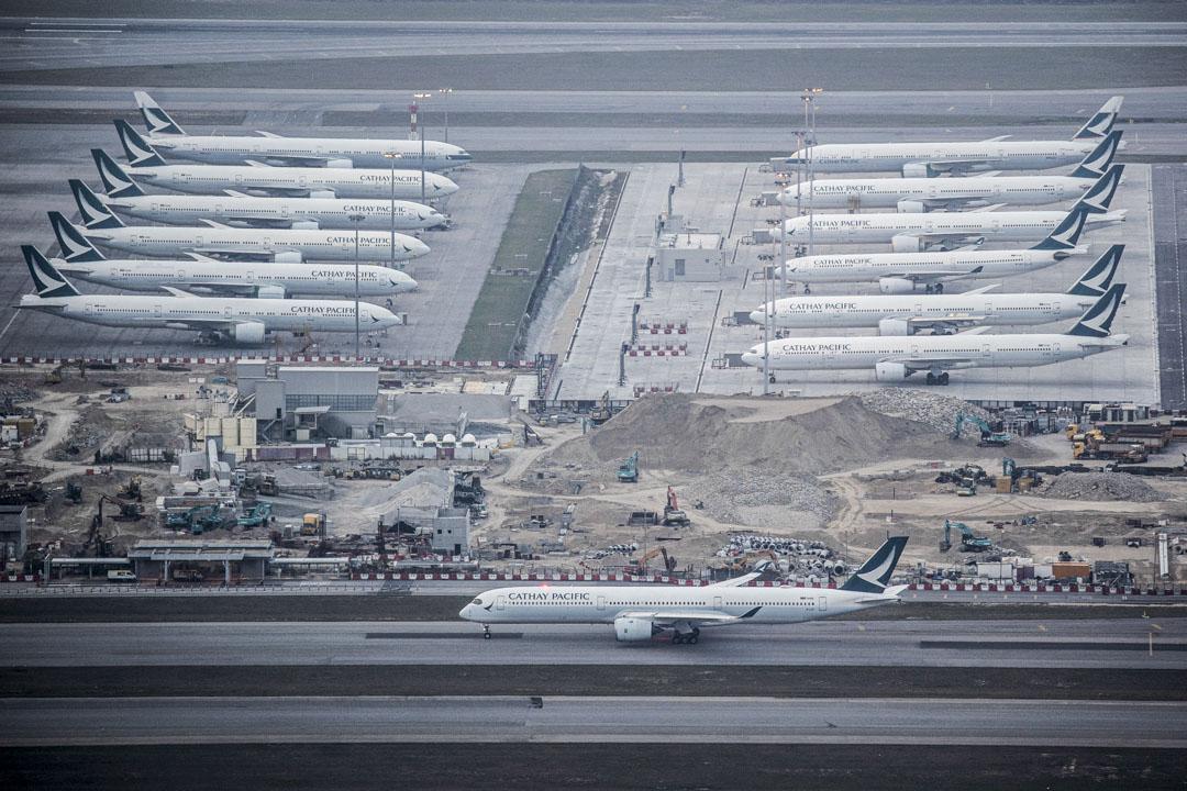 2020年3月15日,新冠疫情下全球航空業受到嚴重打擊,香港國際機場停機坪停泊了大量飛機。