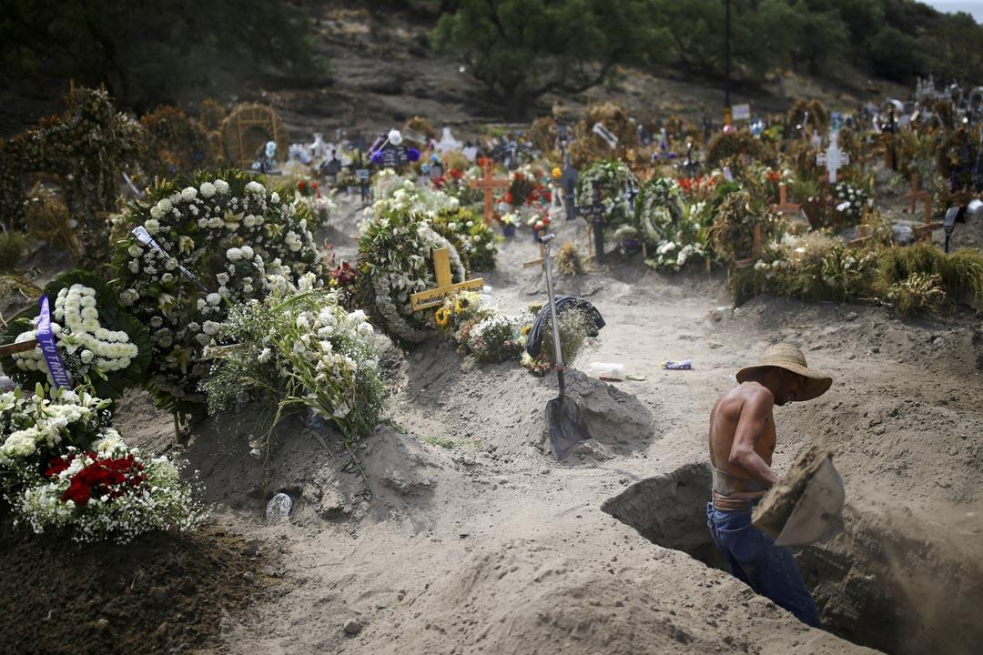 2020年6月10日,墨西哥墨西哥城郊區,隨著新冠疫情爆發持續,一名公墓工作人員挖掘新的墳墓。