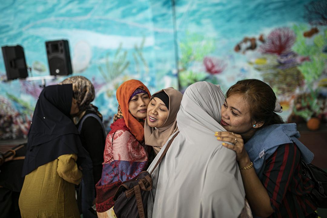 2019年6月5日台灣蘇澳鎮,印尼移工在開齋節的祟拜後互相擁抱。
