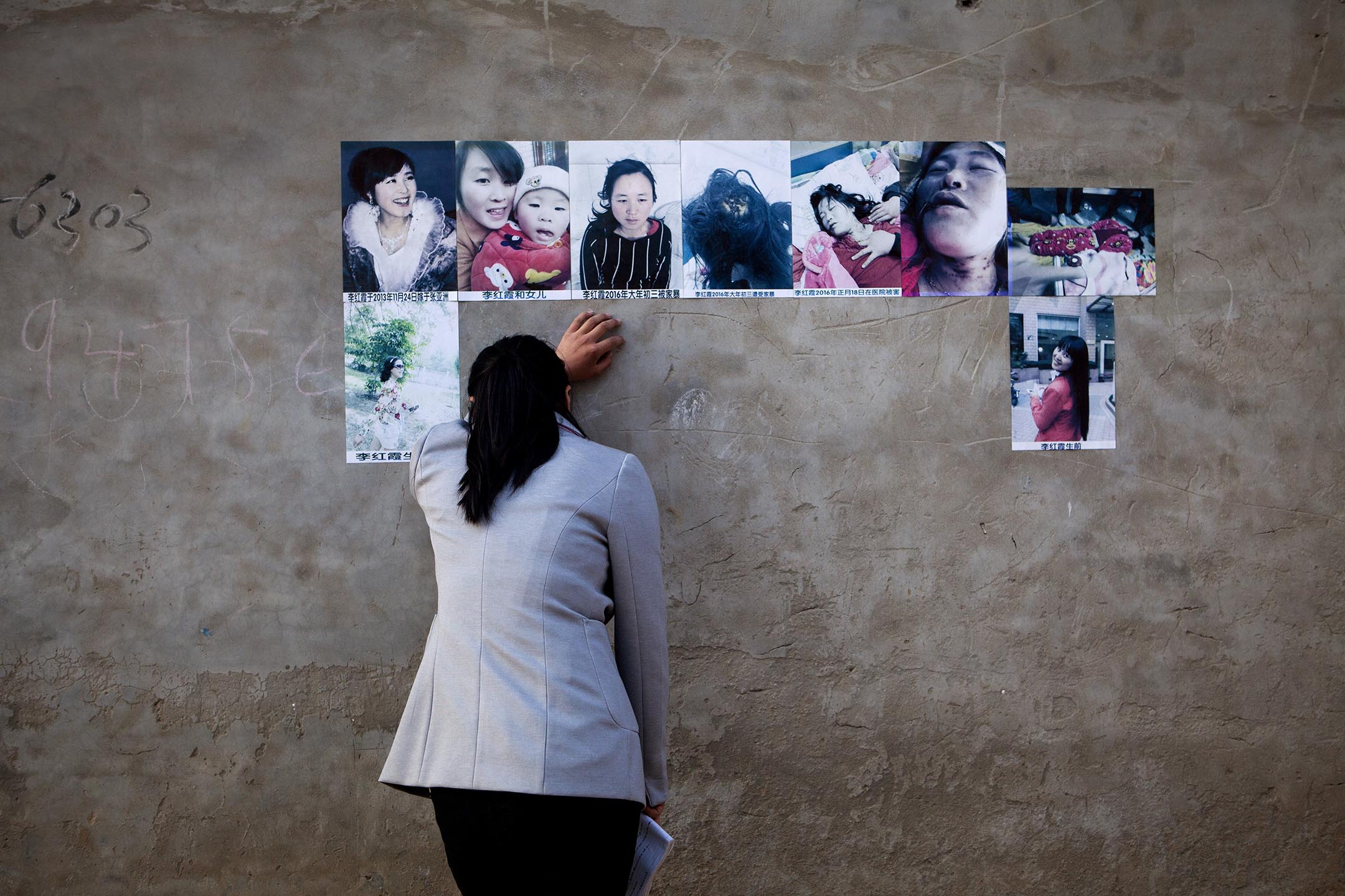 2016年3月31日河南省周口市,親人哭著看她因家暴死去的姐姐的照片。 攝:Giulia March/The Washington Post via Getty Images