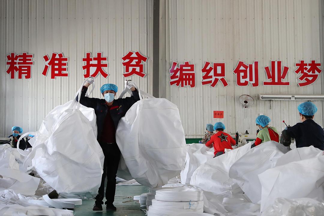 2020年8月29日中國寧夏回族自治區,僱員在一家紡織品工廠生產袋子。