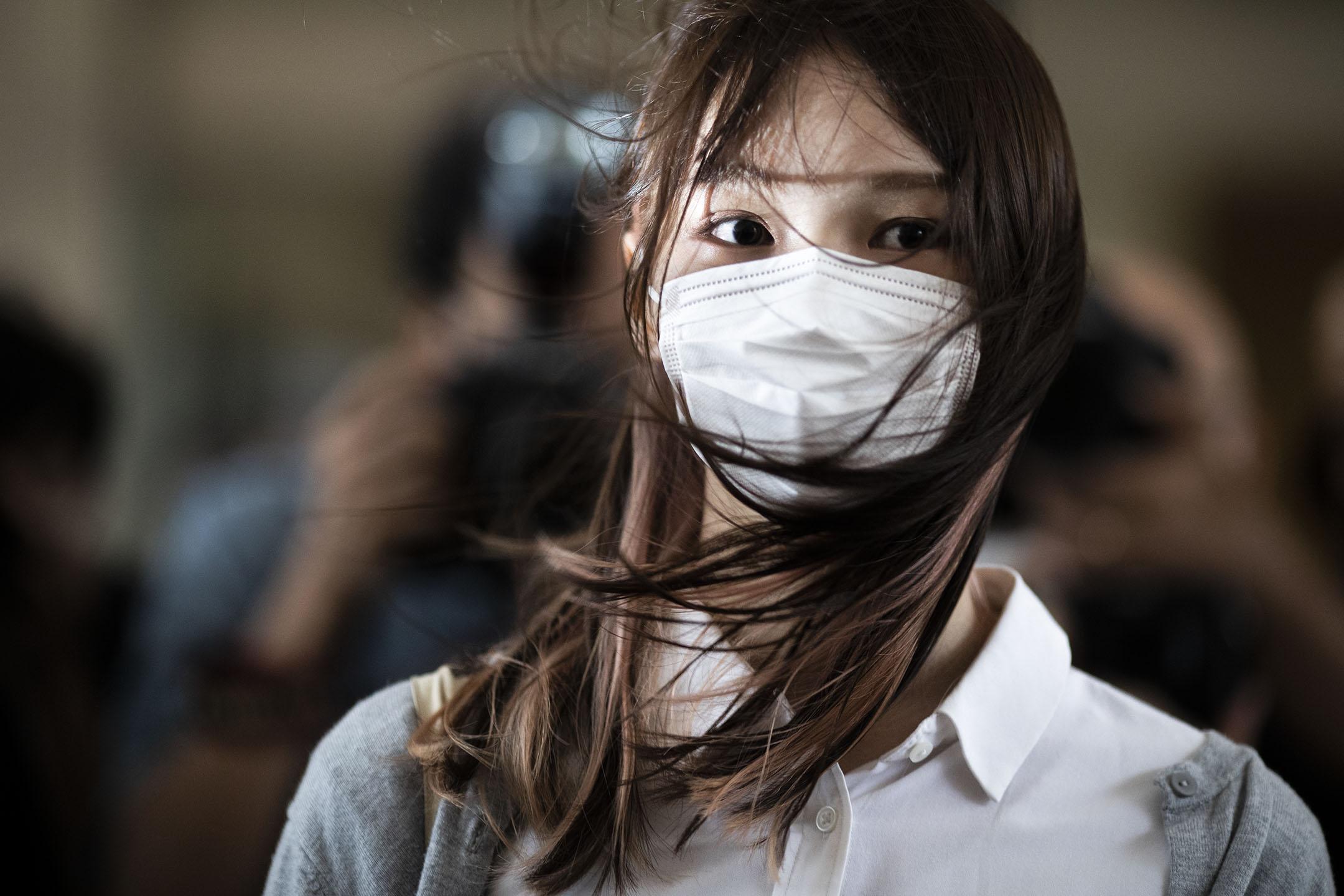 2020年11月23日,前「香港眾志」成員周庭進入西九龍裁判法院,就「621包圍警總案」聽取裁決。 攝:陳焯煇/端傳媒