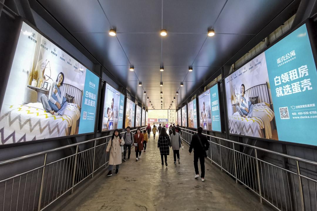 2019年3月24日,武漢有中國長租公寓平台「蛋殼公寓」的廣告。 攝: VCG/VCG via Getty Images